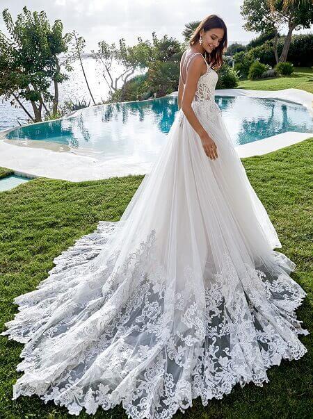 Hochzeitskleider Geschäft in München weisses Kleid mit Schleppe im Garten Hochzeit