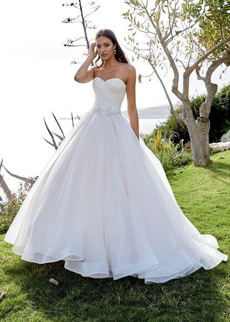 Hochzeitskleider Laden in München weisses Kleid schulterfrei am See