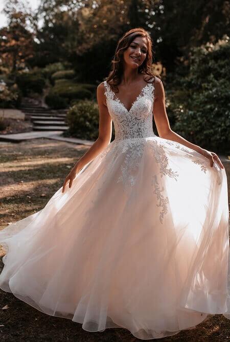 Hochzeitskleider München weißes Kleid Saum weiter Rock