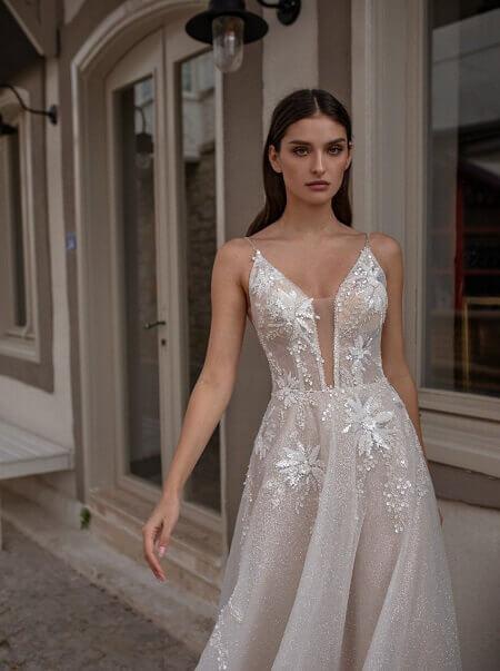 Hochzeitsladen München Kleid mit Braut weiss ohne Ärmel