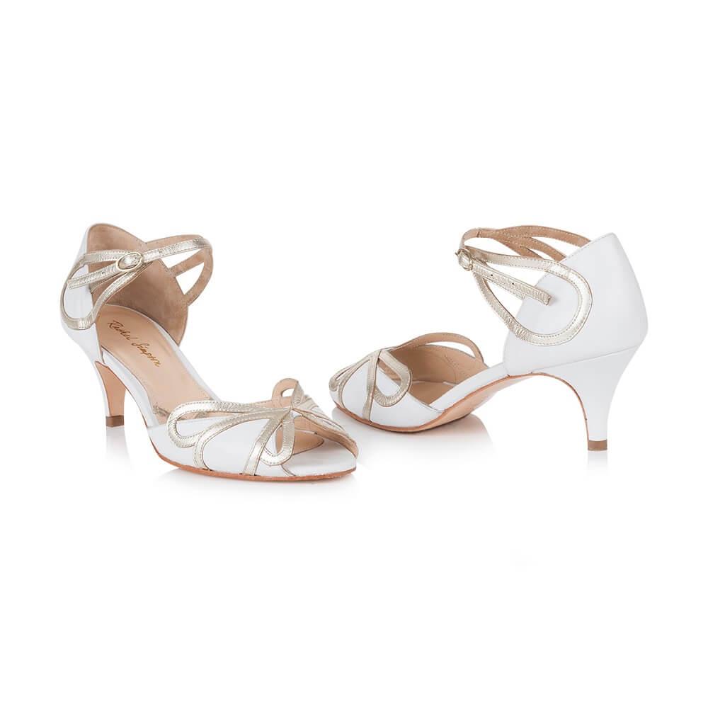 Weisse Schuhe für Brautkleid